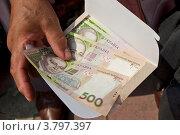 Конверт с деньгами в руке. Стоковое фото, фотограф Андрей Левошко / Фотобанк Лори