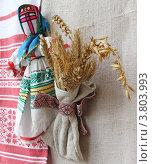 """Традиционная украинская кукла-оберег """"мотанка"""", снопик из пшеницы на фоне холста. Стоковое фото, фотограф Олеся Сарычева / Фотобанк Лори"""