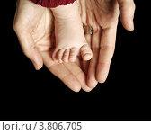 Маленькая детская ножка на маминых ладонях. Стоковое фото, фотограф Felix Bensman / Фотобанк Лори
