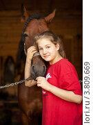 Молодая девушка в конюшне с лошадью. Стоковое фото, фотограф Масюк Светлана / Фотобанк Лори
