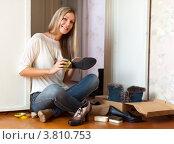Купить «Женщина сидит на полу и чистит обувь», фото № 3810753, снято 25 августа 2012 г. (c) Яков Филимонов / Фотобанк Лори