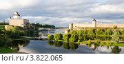 Купить «Две башни на границе России и Эстонии», фото № 3822065, снято 7 сентября 2012 г. (c) Игорь Соколов / Фотобанк Лори