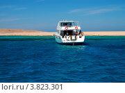 Яхта с дайверами у кораллового рифа. Стоковое фото, фотограф Вакулин Сергей / Фотобанк Лори