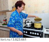 Женщина готовит на плите. Стоковое фото, фотограф Вячеслав Палес / Фотобанк Лори