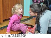 Купить «Мама одевает ребенка в детском саду», фото № 3828109, снято 7 сентября 2012 г. (c) Вячеслав Палес / Фотобанк Лори
