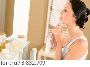 Купить «Брюнетка снимает маикяж ватным диском, глядя в зеркало», фото № 3832709, снято 31 мая 2012 г. (c) CandyBox Images / Фотобанк Лори