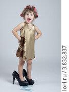 Маленькая девочка, одетая как домохозяйка. Стоковое фото, фотограф Масюк Светлана / Фотобанк Лори