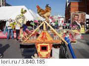 Торговля леденцами в виде петушка на Манежной площади. Москва (2012 год). Редакционное фото, фотограф Яна Королёва / Фотобанк Лори