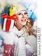 Купить «Красивая девушка в зимней одежде с новогодним подарком», фото № 3842157, снято 25 декабря 2011 г. (c) Podvysotskiy Roman / Фотобанк Лори