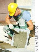 Рабочий устанавливает гранитные плиты на лестнице. Стоковое фото, фотограф Дмитрий Калиновский / Фотобанк Лори