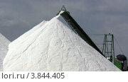 Купить «Соль на конвейере», видеоролик № 3844405, снято 17 сентября 2012 г. (c) Discovod / Фотобанк Лори