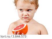 Купить «Маленький мальчик держит грейпфрут», фото № 3844573, снято 6 октября 2011 г. (c) Борис Булычев / Фотобанк Лори