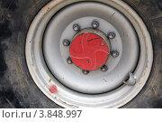 Колесо трактора крупным планом. Редакционное фото, фотограф Felix Bensman / Фотобанк Лори
