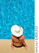 Девушка в элегантной шляпе у бассейна. Стоковое фото, фотограф Виталий Радунцев / Фотобанк Лори