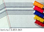 Пять разноцветных катушек на ткани в полоску. Стоковое фото, фотограф Владислав Сернов / Фотобанк Лори