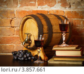 Купить «Натюрморт с бокалами, виноградом и деревянным бочонком», фото № 3857661, снято 21 января 2012 г. (c) Дарья Петренко / Фотобанк Лори