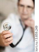 Стетоскоп фонендоскоп в руке женщины врача на заднем плане, фото № 3859249, снято 21 сентября 2012 г. (c) Эдуард Паравян / Фотобанк Лори