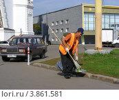 Купить «Дворник-гастарбайтер убирает мусор на ВВЦ (ВДНХ). Москва», эксклюзивное фото № 3861581, снято 14 сентября 2012 г. (c) lana1501 / Фотобанк Лори