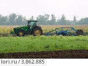 Купить «Трактор работает в поле. Культивация почвы», фото № 3862885, снято 31 августа 2012 г. (c) WalDeMarus / Фотобанк Лори