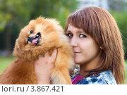 Купить «Молодая женщина держит собаку породы Померанский шпиц», фото № 3867421, снято 19 сентября 2012 г. (c) Сергей Лаврентьев / Фотобанк Лори