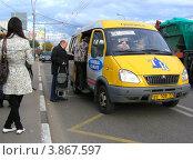 Купить «Посадка пассажиров в маршрутное такси № 274м на Носовихинском шоссе. Новокосино. Москва», эксклюзивное фото № 3867597, снято 7 сентября 2012 г. (c) lana1501 / Фотобанк Лори