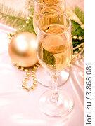 Два бокала с шампанским и ёлочные украшения. Стоковое фото, фотограф Оксана Ковач / Фотобанк Лори