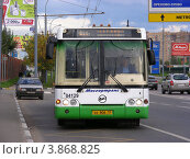 Купить «Автобус № 811 едет по Носовихинскому шоссе. Новокосино. Москва», эксклюзивное фото № 3868825, снято 7 сентября 2012 г. (c) lana1501 / Фотобанк Лори
