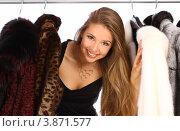 Блондинка выглядывает из гардероба с шубами, фото № 3871577, снято 20 июля 2012 г. (c) Tatjana Romanova / Фотобанк Лори