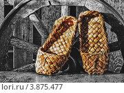 Купить «Ретро натюрморт лапти и старое колесо от телеги», фото № 3875477, снято 7 августа 2012 г. (c) Олег Жуков / Фотобанк Лори