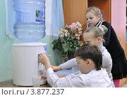 Купить «Дети у кулера с водой», эксклюзивное фото № 3877237, снято 28 сентября 2012 г. (c) Вячеслав Палес / Фотобанк Лори