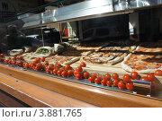 Пицца и помидоры на витрине (2012 год). Стоковое фото, фотограф Алексей Бочков / Фотобанк Лори