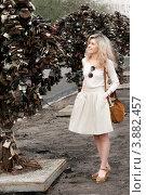 Улыбающаяся девушка рассматривает замки на дереве любви, фото № 3882457, снято 9 мая 2012 г. (c) Эдуард Паравян / Фотобанк Лори