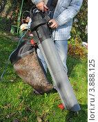 Купить «Уборка осенних листьев пылесосом», эксклюзивное фото № 3888125, снято 22 сентября 2012 г. (c) Юрий Морозов / Фотобанк Лори