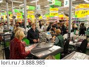 Купить «Множество покупателей у касс сетевого универсама», эксклюзивное фото № 3888985, снято 22 января 2020 г. (c) Сайганов Александр / Фотобанк Лори