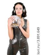 Девушка в блестящем костюме держит в руках зеркальный шар и слушает музыку в наушниках. Стоковое фото, фотограф Сергей Сухоруков / Фотобанк Лори