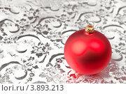 Новогодний шарик на серебристом фоне. Стоковое фото, фотограф Фрибус Екатерина / Фотобанк Лори