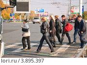 Купить «Люди переходят проспект Вернадского в Москве», эксклюзивное фото № 3895397, снято 8 октября 2011 г. (c) Алёшина Оксана / Фотобанк Лори