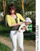 Мама гуляет с дочкой (2012 год). Редакционное фото, фотограф бобух олег / Фотобанк Лори