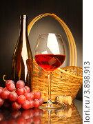 Купить «Композиция с бокалом красного вина, корзиной и виноградом», фото № 3898913, снято 13 мая 2012 г. (c) Виктор Топорков / Фотобанк Лори