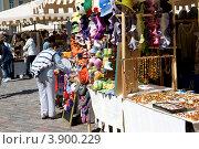 Эстония. Таллин. Покупка сувениров в старом городе (2012 год). Редакционное фото, фотограф Александр Лопарев / Фотобанк Лори