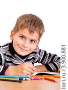 Школьник пишет в тетради. Стоковое фото, фотограф Сергей Фигурный / Фотобанк Лори