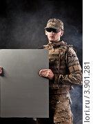 Мужчина в военной форме с рекламным баннером в руке. Стоковое фото, фотограф Сергей Фигурный / Фотобанк Лори