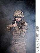 Солдат целится из винтовки в тумане. Стоковое фото, фотограф Сергей Фигурный / Фотобанк Лори