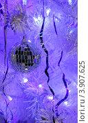 Купить «Красивый зеркальный шарик на новогодней ёлке», фото № 3907625, снято 3 января 2012 г. (c) Сычёва Виктория / Фотобанк Лори
