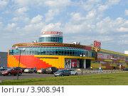 """Купить «Торговый центр """"Поворот"""" в городе Лобня», фото № 3908941, снято 28 июля 2012 г. (c) Малышев Андрей / Фотобанк Лори"""