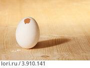 Купить «Яйцо со сломанной скорлупой на деревянном столе», фото № 3910141, снято 3 июня 2012 г. (c) Сергей Новиков / Фотобанк Лори