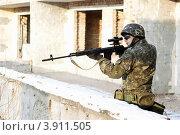 Купить «Солдат целится из снайперской винтовки», фото № 3911505, снято 21 января 2011 г. (c) Сергей Сухоруков / Фотобанк Лори