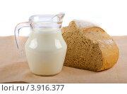 Хлеб и молоко в прозрачном кувшине. Стоковое фото, фотограф Наталья Райхель / Фотобанк Лори
