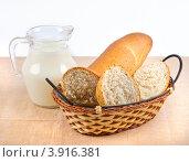 Молоко и хлеб в корзине. Стоковое фото, фотограф Наталья Райхель / Фотобанк Лори