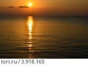 Купить «Рассвет. Море. Восход Солнца. Пейзаж», фото № 3918165, снято 5 октября 2012 г. (c) Несинов Олег / Фотобанк Лори